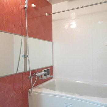 お風呂も赤っぽい壁。(※写真は9階の同間取り別部屋のものです)
