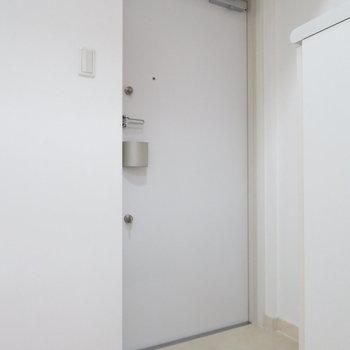 玄関は広いです。(※写真は9階の同間取り別部屋のものです)