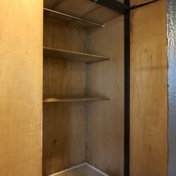 廊下の収納スペースにはハンガーもかけられますよ※写真は前回掲載時のものです