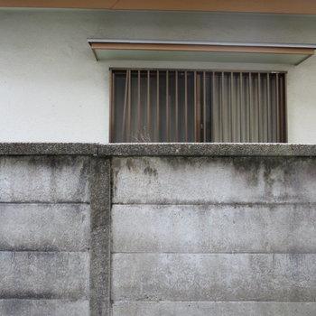 塀があるのでお隣さんとのプライバシーも◎※写真は前回掲載時のものです
