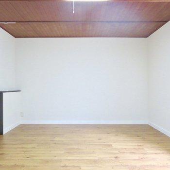 【洋室】大きめの家具を置いてもゆとりがありそう※写真は前回掲載時のものです