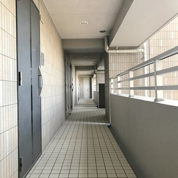 共用廊下は清掃が行き届いているようです◎