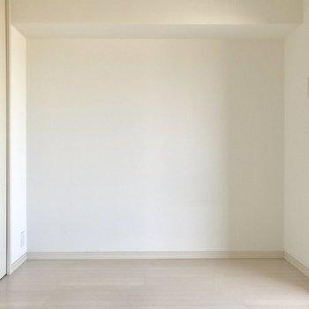 玄関側にも洋室が!(※写真は4階の反転間取り別部屋、清掃前のものです)