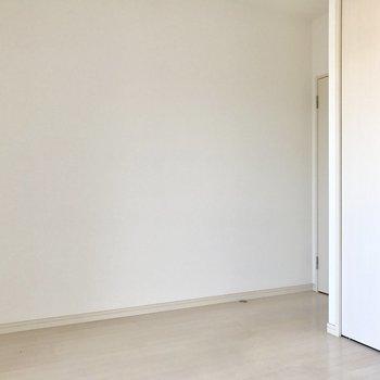 壁寄せで家具を置きやすそう。(※写真は4階の反転間取り別部屋、清掃前のものです)