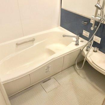 浴槽ゆったり♬(※写真は4階の反転間取り別部屋、清掃前のものです)