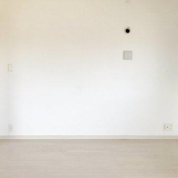 洋室側には壁寄せで家具を置けそう。(※写真は4階の反転間取り別部屋、清掃前のものです)
