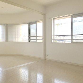角部屋で窓の範囲が広い♬(※写真は4階の反転間取り別部屋、清掃前のものです)