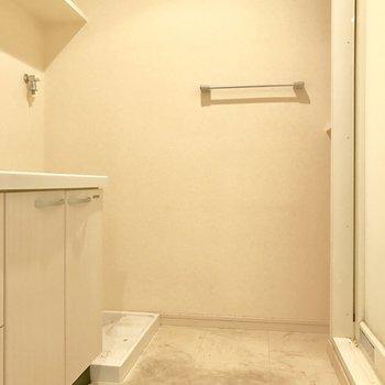 洗濯機は脱衣所に置けます。(※写真は4階の反転間取り別部屋、清掃前のものです)
