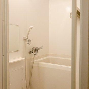 バスルームは追い焚き機能と浴室乾燥機付き。
