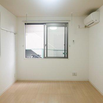 2面の窓から光が入るとっても明るいお部屋です。