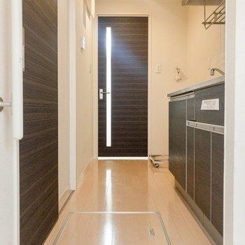 玄関から洋室前まで。キッチン奥には冷蔵庫が置けます。
