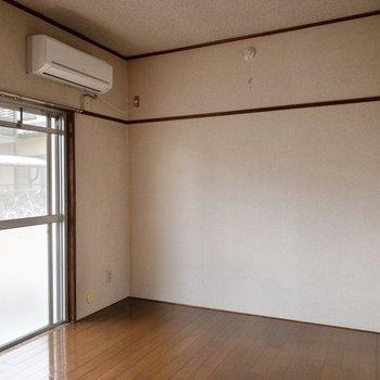 【洋室6.0帖】約6帖のお部屋です。見えませんが、左手前にテレビ線があります。