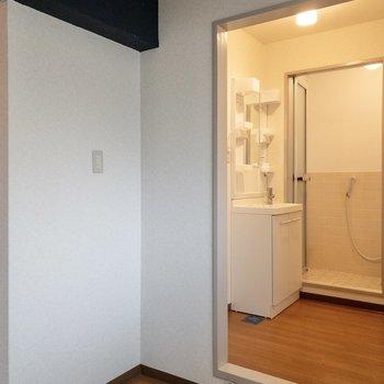 後ろには冷蔵庫が置けるスペース。ラックも置けそうです。