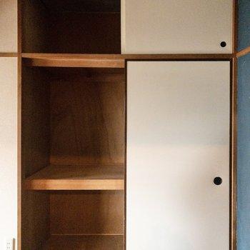 【洋室4.5帖】天井までたくさん入ります。