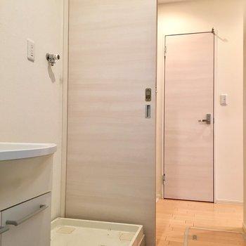 左手のドアを開けると、まず洗濯機置き場が。