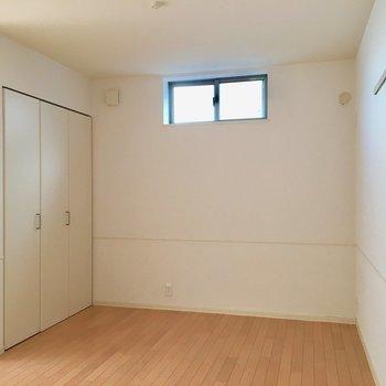 【洋室】ベッドは右奥ですかね。