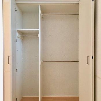 【洋室】二段にわけて収納できるのは便利ですね。