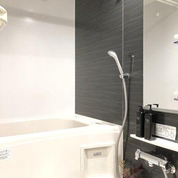 リラックスができそうな明かり具合です。浴室乾燥がついているので雨の日でも安心です。
