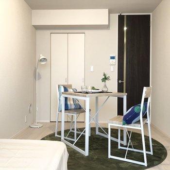 白い空間にブラウンの扉がお部屋のメリハリを出してくれています。