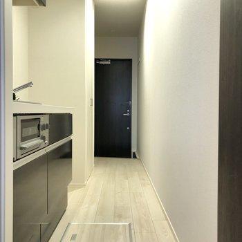 白く清潔感漂う廊下になっています。