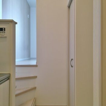 左の階段を少し上がったところにお部屋