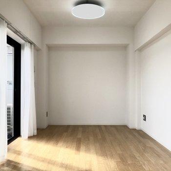 キレイなフローリングです。※写真は4階の同間取り別部屋のものです