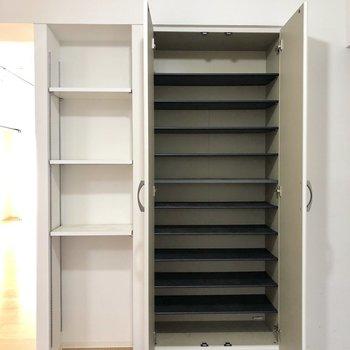 靴箱はなかなか収納できそう。おしゃれさんにぴったり。※写真は4階の同間取り別部屋のものです