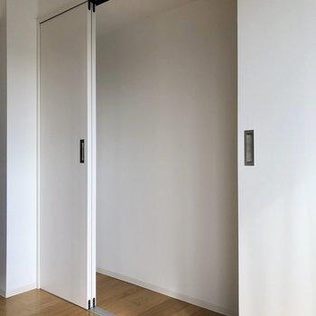 ちょっとした収納があります。※写真は4階の同間取り別部屋のものです