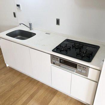 キッチンは3口コンロで作業スペースも広いですね。※写真は4階の同間取り別部屋のものです