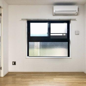 窓からは共有部の廊下が見えますが、すりガラスなので、閉めれば気になりません。※写真は4階の同間取り別部屋のものです