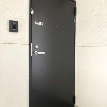 黒い玄関ドア。※写真は4階の同間取り別部屋のものです