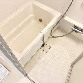 お風呂はゆったりできそうです。追い炊き機能つき◎※写真は4階の同間取り別部屋のものです