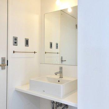 スタイリッシュな洗面台。※写真は4階の同間取り別部屋のものです