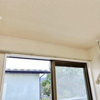 【洋室】窓前には室内物干しが。