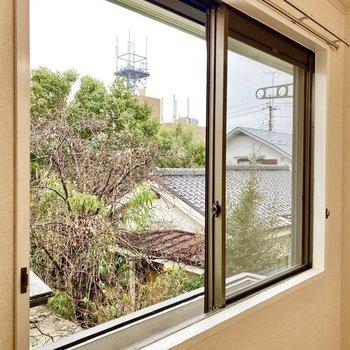 【LDK】南向きの窓。フラワーボックスでちょっとした植物など育ててみては。