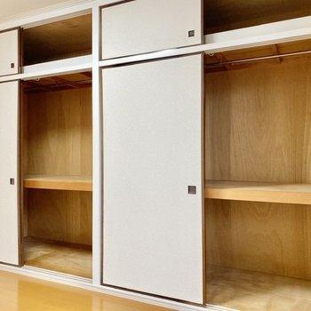 【洋室】壁一面の収納スペース。日用品やお洋服など全てこちらに入りそうです。