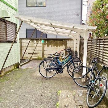 駐輪場(空き要確認)。屋根があるので雨でも安心です。