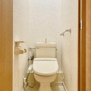 シンプルなトイレ。清潔感がありますね。