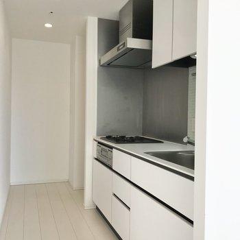 コンロ左に冷蔵庫が置けます。