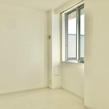 【洋室①】小窓からもいい景色が。