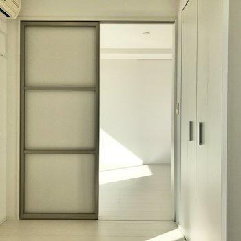 【洋室①】引き戸は半透明です。