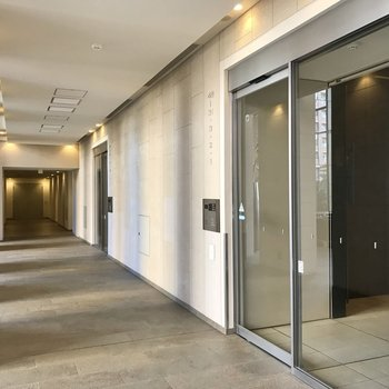 【1階ロビー】エレベーターは数台あります。