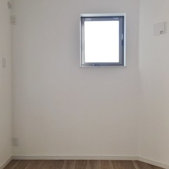 小窓もあって明るいです★
