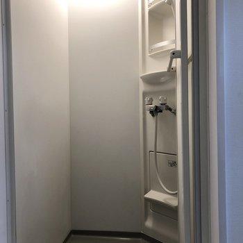 シャンプーなどもしっかり置けるシャワールームです。