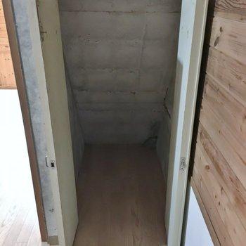 階段下に少し物入があります!