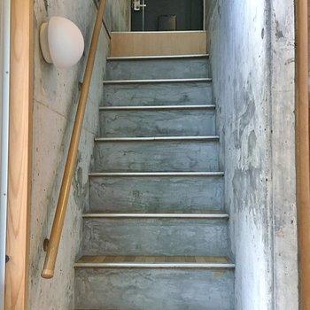 この階段少し急なのでご注意を。