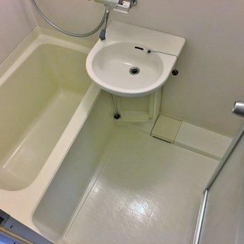 お風呂はちょっぴり古い作り。