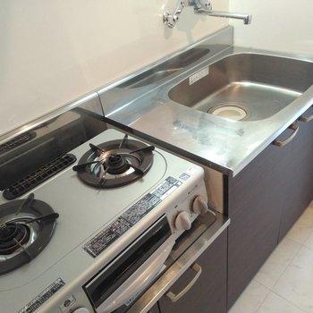 キッチンはコンロ設置済み。2口あるので自炊も困らない〜