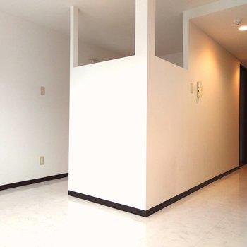 白を貴重としてるシンプルカラーのスペース。寝室の上部が開放されていて広さを感じられます。