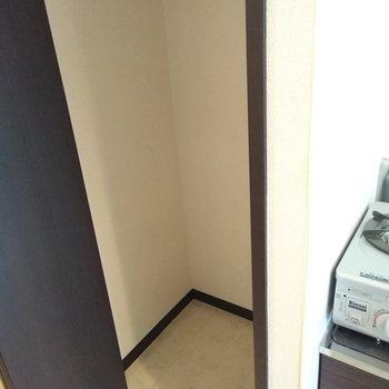 キッチン横には収納スペースあります◎掃除機やフローリングモップをしまいましょう